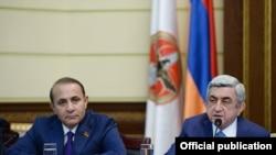 Армения - Президент Серж Саргсян (срава) объявляет о своем решении назначить Овика Абрамяна (слева) на пост премьер-министра, Ереван, 13 апреля 2014 г.