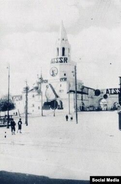 Спасская башня Казанского Кремля. ТАССР написано по-татарски — латиницей