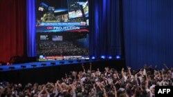 Сторонники Барака Обамы радуются, когда по CNN передают о его победе. Иллинойс, 6 ноября 2012 года.