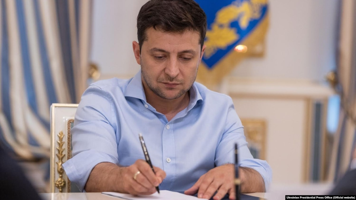 Зеленский подписал закон об ограничении депутатской неприкосновенности