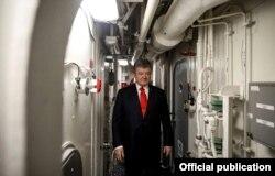 Президент України Петро Порошенко під час відвідання американського ракетного есмінця «Дональд Кук» (USSDonaldCook, (DDG75)). Одеса, 26 лютого 2019 року