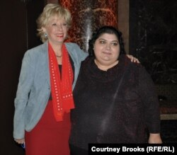 Xədicə İsmayılova (sağda) ABŞ-ın Xarici Yayım Xidmətindən Lesley Stahl. Nyu-York, 24 oktyabr 2012
