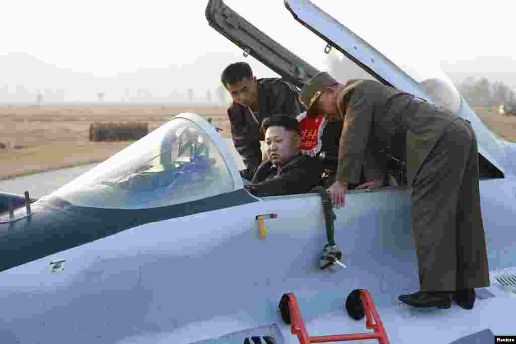Голова північнокорейської держави в бойовому літаку на навчаннях військово-повітряних сил, імовірно, в жовтні 2014 року