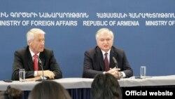 Армения - Совместная пресс-конференция и.о. главы МИД Армении Эдварда Налбандяна (справа) и генерального секретаря Совета Европы Торбьерна Ягланда, Ереван, 17 апреля 2013 г.