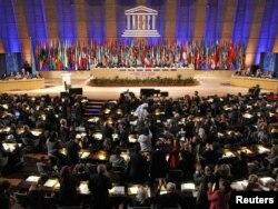 ЮНЕСКО отырысындағы дауыс беру сәтінен көрініс. Париж, 31 қазан 2011 жыл.