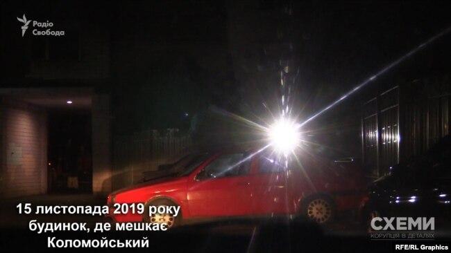 Охоронець помітив авто журналістів і почав світити у нього ліхтарем