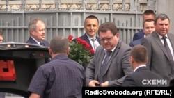 Ярослав Романюк (з трояндами), Богдан Львов (посередині) та Борис Гулько (крайній справа) приїхали на ювілей Валерія Гелетея