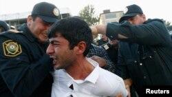 Шеруге шыққан адамды тұтқындау сәті. Баку, 12 қазан 2013 жыл.