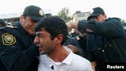 Polis Bakıda müxalifət fəalını saxlayır - 2013