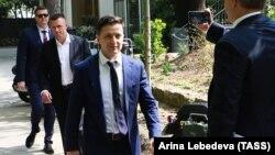 Кандидат в президенты Украины Владимир Зеленский у Елисейского дворца. Париж, 12 апреля 2019 года.
