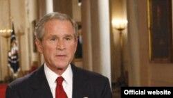 جرج بوش، رییس جمهوری آمریکا، لایحه نجات مالی را امضا کرد.