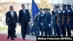 Aleksandar Vučić je u funkciji premijera nekoliko puta posjetio Sarajevo; na fotografiji sa presjedavajućim Vijeća ministara BiH Denisom Zvizdićem, novembar 2015.