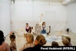 На спэктаклі (зьлева – Ганна Шапашнікава, справа – Злата Глотава)