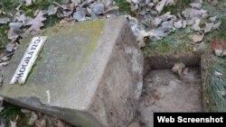 Кладбище в Гарволине, одна из разрушенных братских могил, 27 ноября 2015 г.