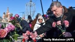 Candidatul prezidențial Grigori Iavlinski la memorialul ad-hoc al lui Nemțov pe podul din apropierea Kremlinului