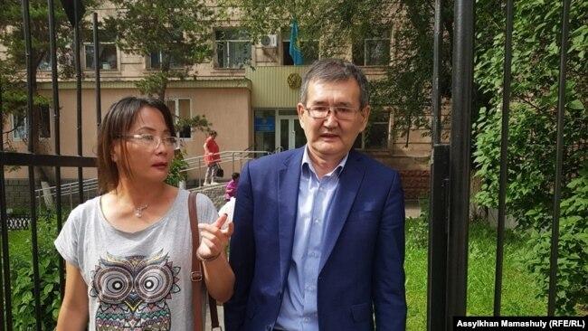 Ерлан Калиев (справа) перед Алмалинском районным судом. Алматы, 21 мая 2019 года.