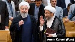 صادق لاریجانی (راست) رئیس سابق قوه قضائیه و حسن روحانی، رئیسجمهوری اسلامی ایران.
