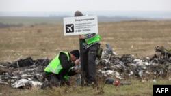 Слідчі з Нідерландів встановлюють знак поблизу місця катастрофи літака в районі села Грабове на Донеччині, листопад 2014 року