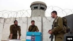 سربازان اسرائیلی از حوزههای رایگیری مراقبت میکنند