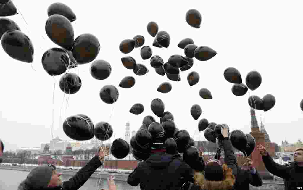 Russian liberal opposition activists and human rights defenders release black balloons in front of the Kremlin to mark the sixth anniversary of the death in custody of anticorruption whistle-blower Sergei Magnitsky, in Moscow on November 16. (epa/Maksim Shipenkov)
