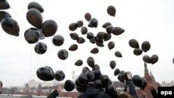 Активисты выпускают у Кремля черные шары в годовщину гибели Сергея Магнитского, ноябрь 2015 года, Москва.