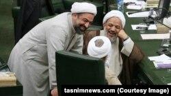 حمید رسایی (ایستاده) در کنار مرتضی آقاتهرانی در صحن مجلس شورای اسلامی
