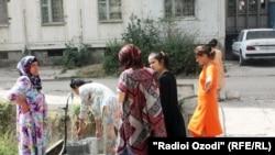 Жители Душанбе набирают воду из-под крана.