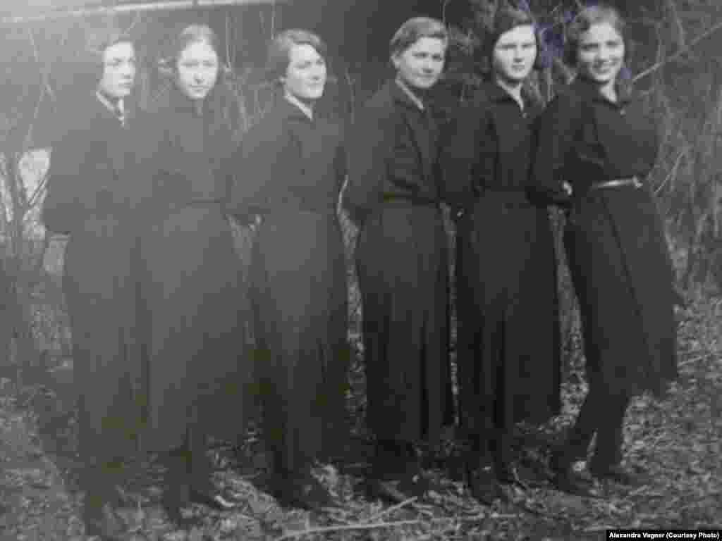 Воспитанницы русской гимназии. 1934 год.
