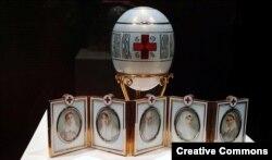"""""""Красный крест с портретами"""" - одно из пасхальных яиц из мастерских Фаберже, проданное в 1930 году Хаммеру"""