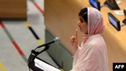 Малала Юсуфзай БҰҰ жастар ассамблеясында сөйлеп тұр. Нью-Йорк, 12 шілде 2013 жыл.