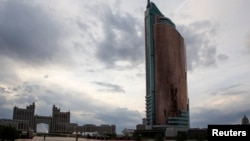 "Площадь в Астане с видом на офис нефтегазовой компании ""КазМунайГаз""."