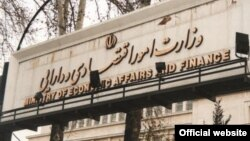 دولت ایران طی سالهای گذشته دچار یک کسری بودجه مزمن بوده اما هر سال بخشی از بودجه به نهادهایی خارج از نظارت مستقیم دولت و مجلس پرداخت میشود که این کار، فشار روی بودجه را بیشتر میکند.