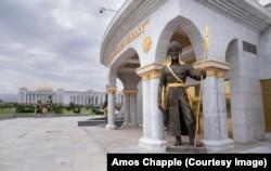 Один из 27 статуй древних туркменских воинов и лидеров, установленных вокруг монумента Независимости в Ашгабате.
