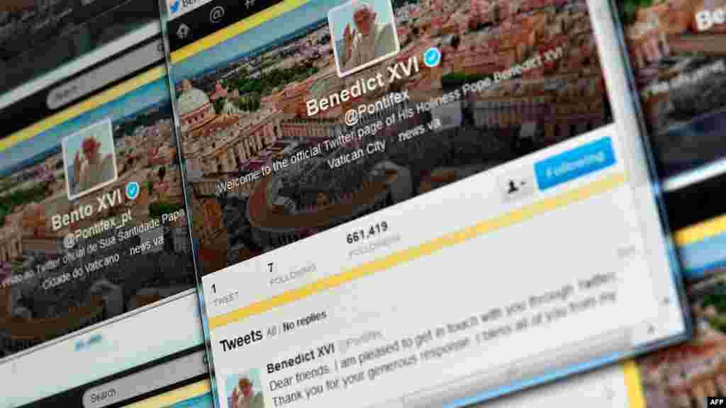 """Roma Papası XVI Benedikt dekabrın 12-də Twitter-də ilk mesajını yazıb. 85 yaşlı Papa Benedikt Vatikanda minlərlə ziyarətçi qarşısında mesajında bu sözləri yazıb: """"Əziz dostlar, sizlərlə Twitter-də ünsiyyət qurduğuma çox sevinirəm. Hamınıza ürəkdən təşəkkür edirəm."""" Ekranda onun həmin mesajı müxtəlif dillərdə əks olunur."""