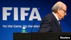 Շվեյցարիա - ՖԻՖԱ-ի նախագահ Զեպ Բլատերը լքում է ամբիոնը իր հրաժարականի մասին հայտարարելուց հետո, Ցյուրիխ, 2-ը հունիսի, 2015թ․