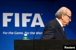 Йозеф Блаттер после окончания экстренной пресс-конференции в штаб-квартире ФИФА в Цюрихе. 2 июня
