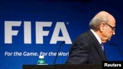 Президент ФІФА Зепп Блаттер залишає брифінг після оголошення про майбутню відставку, Цюріх, Швейцарія, 2 червня 2015 року