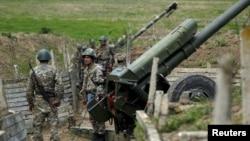 Артиллерийское подразделение Армии обороны Нагорного Карабаха на подступах к городу Мартуни, 7 апреля 2016 г․