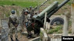 Լեռնային Ղարաբաղ - Պաշտպանության բանակի հրետանային ստորաբաժանումը Մարտունի քաղաքի մոտ, ապրիլ, 2016թ․