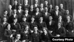 Алма-Ата вагон жүргізушілері курсын 1938 жылы алғашқы түлектері бітіріп шықты. Сурет «Алма-ата трамвайына - 70 жыл» брошюрасынан алынған.