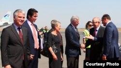 Ish presidenti finlandez, Marti Ahtisari pas arritjes në Aeroportin e Prishtinës