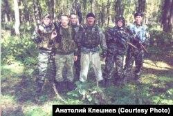 Александр Клешнев (в центре) в Гудермесском районе Чечни. 2002 год