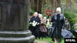 (фото Отто Лакоба) Возложить цветы на место, где в скором времени появится постамент, пришли те, кто непосредственно пострадал от сталинских репрессий, а также их родственники