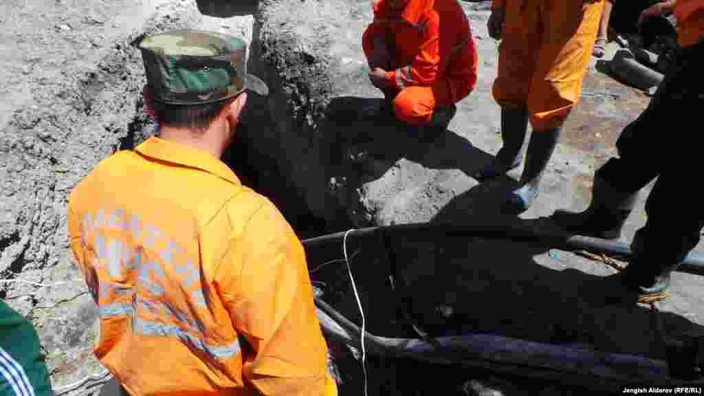 Спасатели выкачивают воду из шахты
