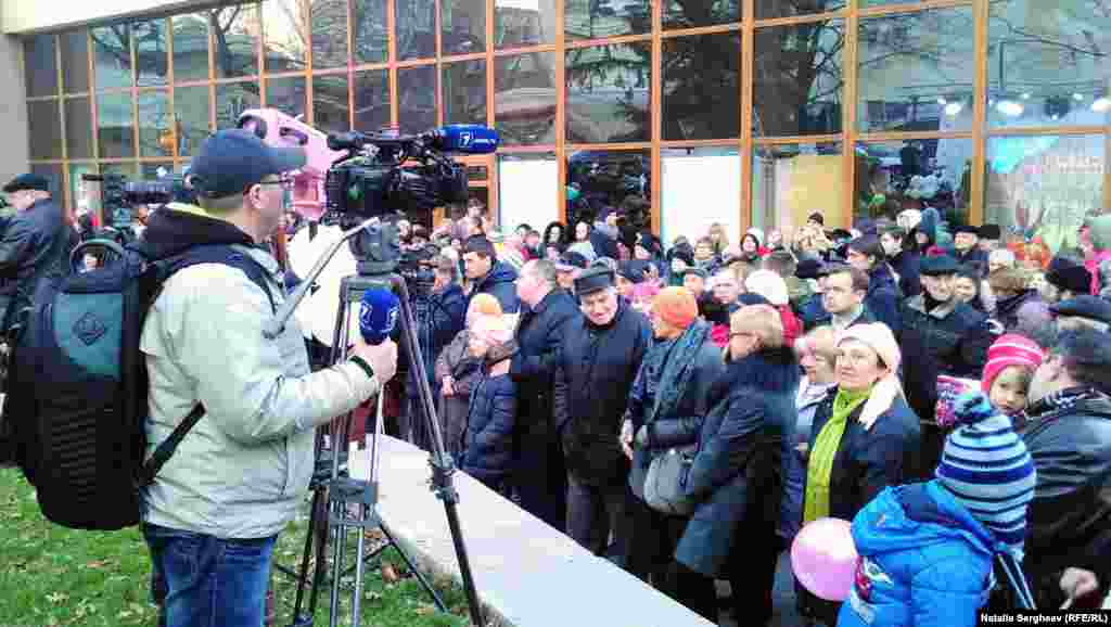 """În scuarul teatrului Cehov s-au adunat câteva sute de persoane ca să celebreze """"Sărbătoarea luminii""""."""