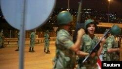თურქმა სამხედროებმა გადაკეტეს ბოსფორის ხიდისკენ მიმავალი გზა