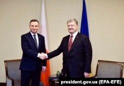 Президент України Петро Порошенко (праворуч) під час зустрічі із президентом Польщі Анджеєм Дудою. Київ, грудень 2017 року
