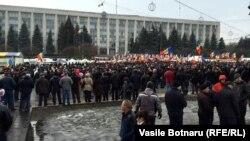 Протестующие на центральной площади Кишинева, 16 января 2016 года.