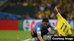 Uruguaianul Diego Lugano (st) luptîndu-se pentru minge cu columbianul Juan Cuadrado la Campionatul Mondial din 2014