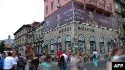 Stope Gavrila Principa nekad su stajale ispred ulaza u Muzej Sarajeva